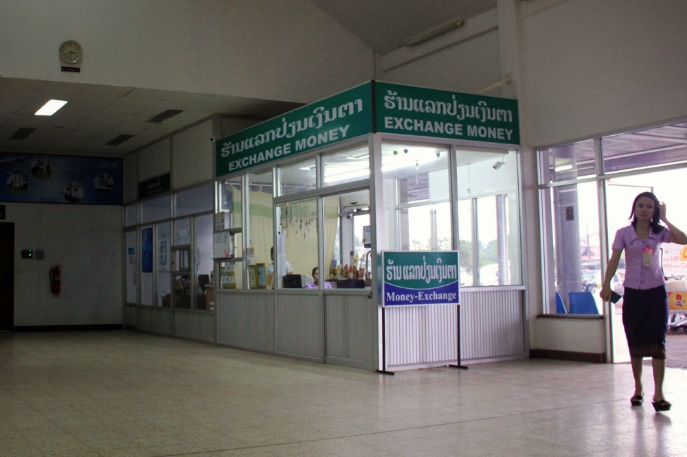 Pakse Airport currency exchange - by en.vietnamitasenmadrid.com