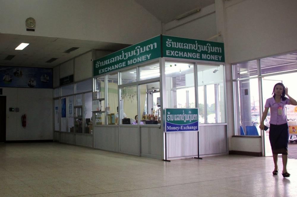 Pakse Airport currency exchange - by en.vietnamitasenmadrid.com